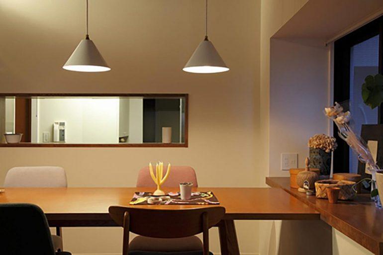 可動棚や段差で間仕切る広々とした空間に、素材、色、家具の調和が映える