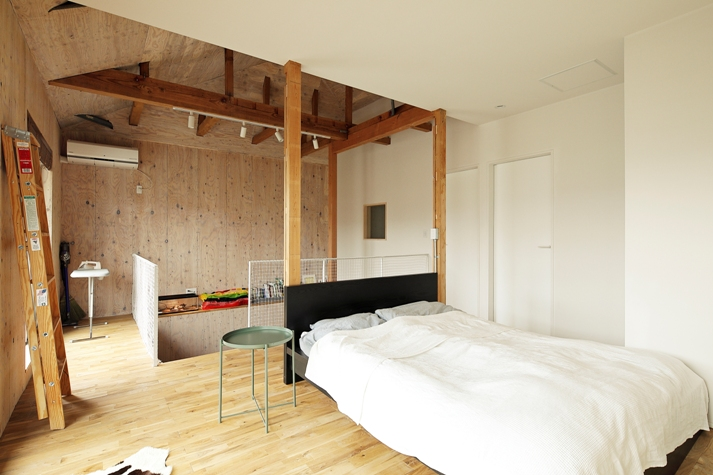 吹き抜けの寝室と1.5階の博物館
