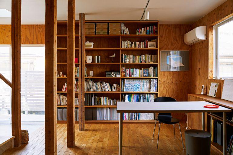 1階のフリースペースにある本棚