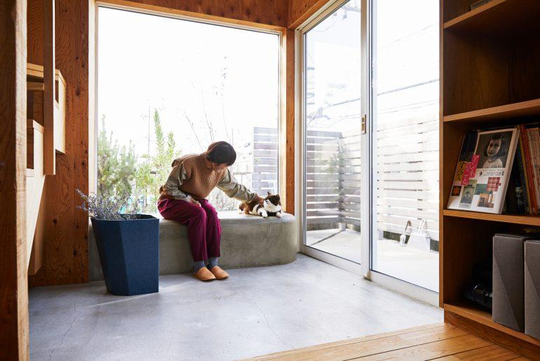 一階のダイナミックな土間とコンクリートのベンチ