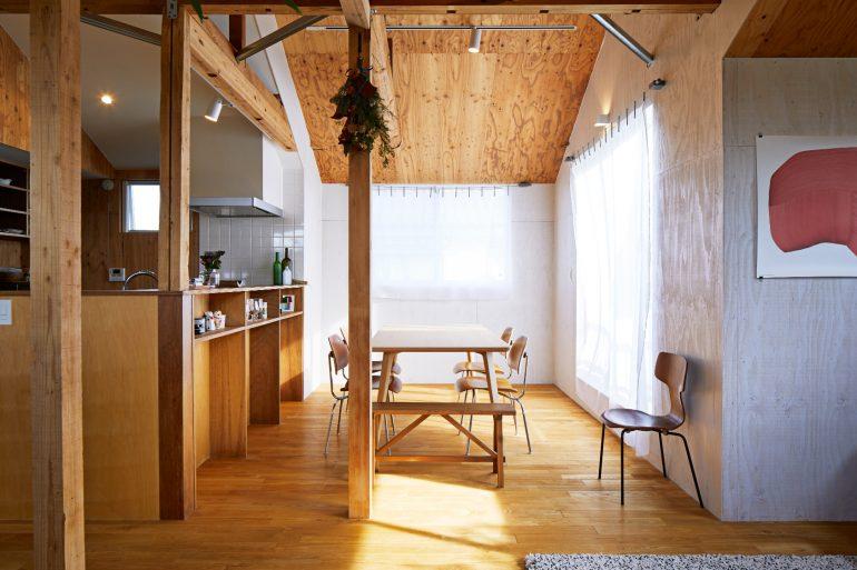 窓から入る自然光と風の抜け、開放感がある2階の天井