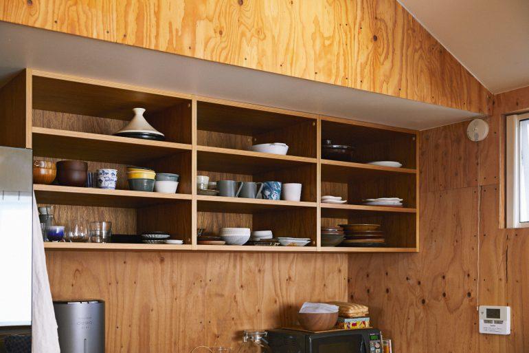 キッチンの壁側にある食器棚とカウンター