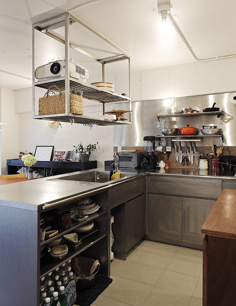 L型ステンレスキッチンと回遊動線