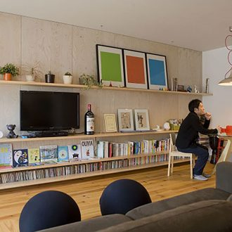 6mの壁面収納をポイントに、多彩な色と素材でコーディネイトする壁
