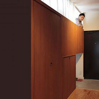 マンション内に上部は寝室、-下部は土間の2階建てスペース?